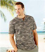 T-Shirt w kamuflażowy wzór z dekoltem zapinanym na guziki preview1