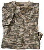 T-Shirt w kamuflażowy wzór z dekoltem zapinanym na guziki preview2