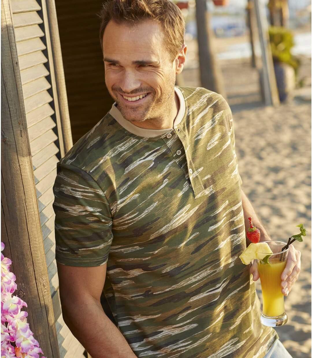 T-shirt kamuflaż z dekoltem zapinanym na guziki