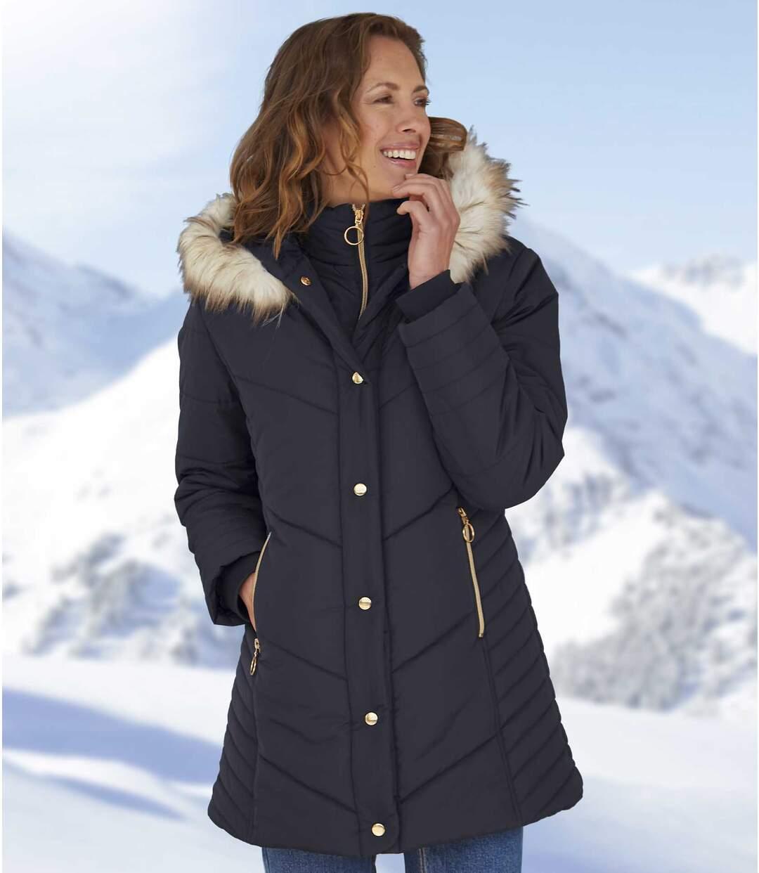 Dlouhá prošívaná bunda s kapucí lemovanou umělou kožešinou