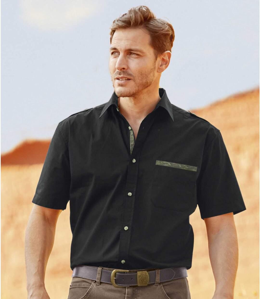 Czarna koszula z kamuflażowymi detalami