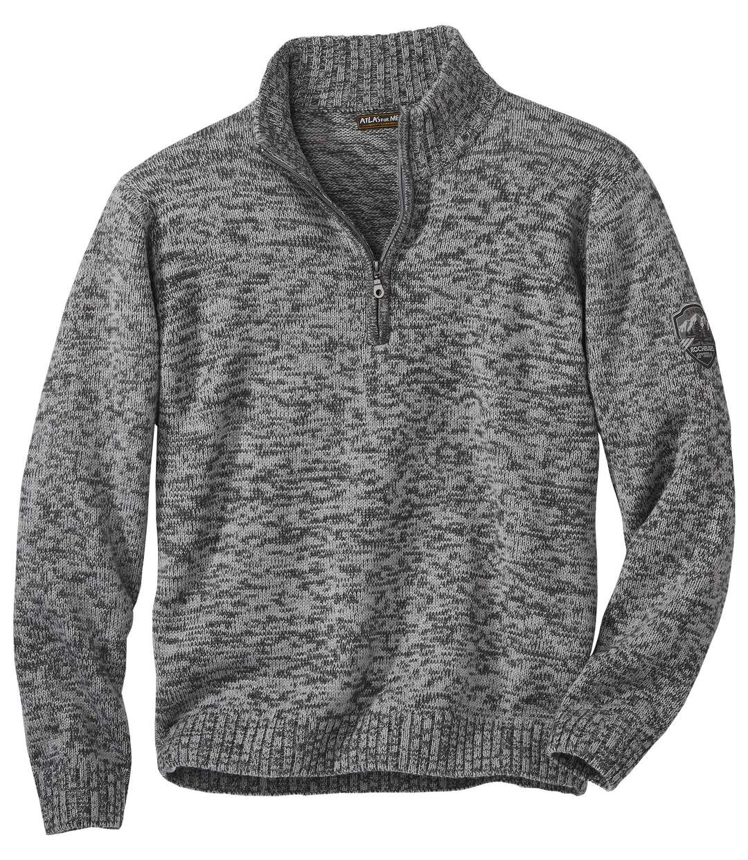 Szary sweter z wykładanym kołnierzem