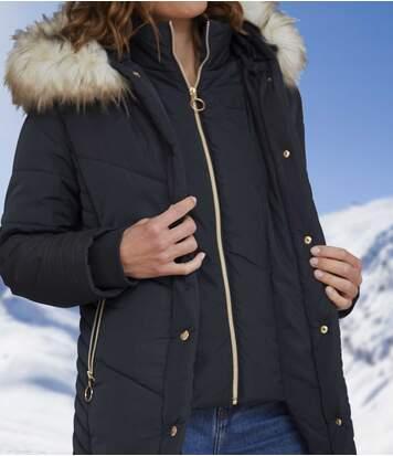 Dlouhá prošívaná bunda skapucí lemovanou umělou kožešinou