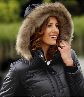 Vastag kabát szőrme kapucnival