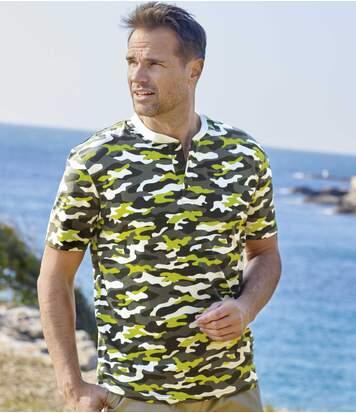 Camouflage-T-Shirt mit Henleykragen